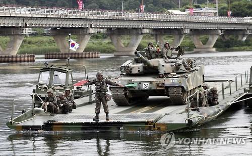 资料图片:2016年9月6日,韩军在江原道华川大桥一带举行渡河演习。(韩联社)
