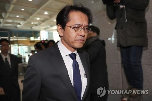 12月29日下午,日本驻韩大使馆代理公使丸山浩平抵达首尔韩国外交部大楼。(韩联社)