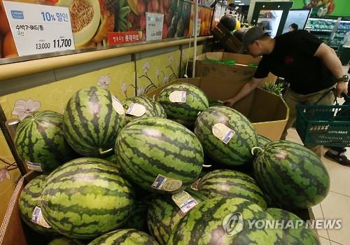 资料图片:随着一人户增多,迷你西瓜更受欢迎。(韩联社)