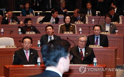 2月8日下午,在韩国国会,新世界党召开议员大会。(韩联社)