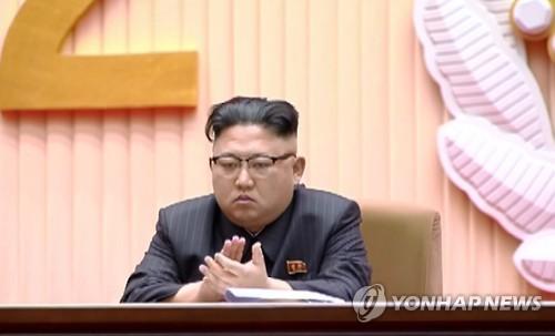 2月15日,在平壤体育馆,朝鲜劳动党委员长金正恩出席纪念金正日诞辰75周年中央报告大会。图片仅限韩国国内使用,严禁转载复制。(韩联社/朝鲜中央电视台)