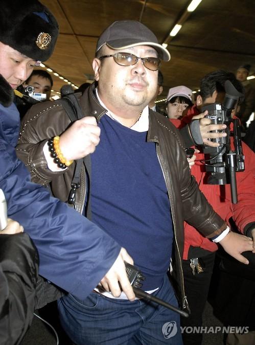 资料图片:2007年2月11日,金正恩长兄金正男现身北京首都机场。(韩联社/美联社)