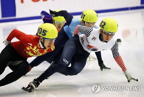 2月20日,韩国选手朴世英(右一)参加第8届亚冬会短道速滑男子1500米预赛。(韩联社)