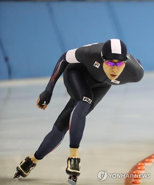 参加速度滑冰10000米比赛的李承勋(韩联社)