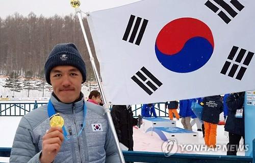 2月20日,在日本札幌,韩国越野滑雪选手金芒努斯将第8届亚冬会越野滑雪男子1.4公里个人短距离项目金牌挂在脖子上。韩联社