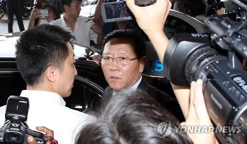 3月6日,朝鲜驻马来西亚大使姜哲抵达吉隆坡国际机场,准备离境。(韩联社)