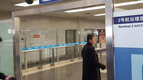 3月7日,在北京首都机场,朝鲜前常驻联合国副代表李东日准备飞赴平壤。(韩联社)