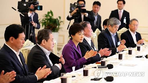 资料图片:2013年8月23日,时任总统朴槿惠(左三)会见韩国十大企业集团总裁。(韩联社)