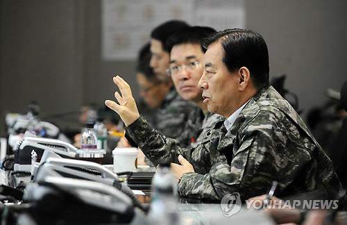 资料图片:韩国防长韩民求(右一)(韩联社/韩国国防部提供)