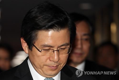 3月15日,在韩国中央政府首尔办公楼,代总统黄教安走入国务会场。(韩联社)
