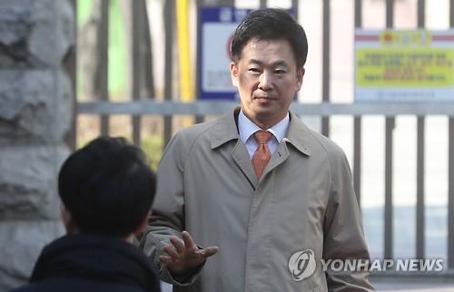 柳荣夏走出朴槿惠私邸。(韩联社)
