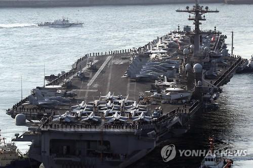 """3月15日上午,被称为""""海上军事基地""""的美国""""卡尔・文森""""号核动力航母驶入韩国釜山港。(韩联社)"""