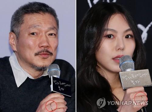 3月13日,在首尔建大入口乐天影院,洪尚秀(左)和金敏喜回答记者提问。当天两人出席影片《独自在夜晚的海边》试映会,两人佩戴情侣戒,引人关注。(韩联社)