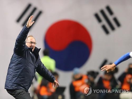 3月15日,在首尔世界杯体育场,韩国男足德籍主帅斯蒂利克临场指挥韩国队力克乌兹别克斯坦。(韩联社)