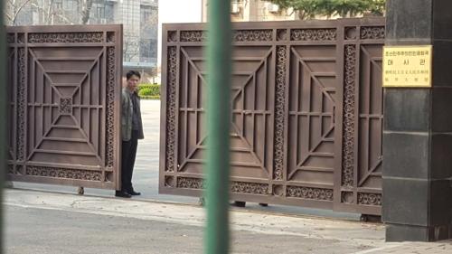 3月16日,在朝鲜驻华使馆,为韩国记者进出的门紧锁着。(韩联社)