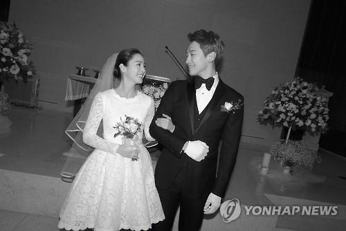 资料图片:RAIN(右)和金泰希结婚照(韩联社/RAIN COMPANY提供)