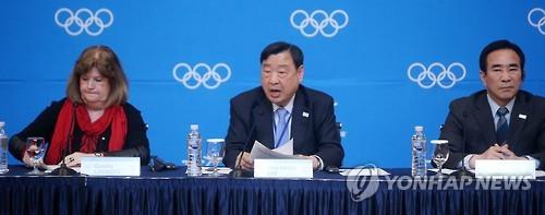 3月15日下午,在江原道平昌,第八次国际奥委会组委会记者会召开。图为平昌奥组委委员长李熙范(左二)答记者问。(韩联社)
