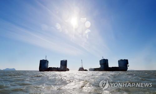 """资料图片:3月15日,在全罗南道珍岛郡附近水域,韩中打捞联合体进行""""世越""""号打捞作业。(韩联社)"""