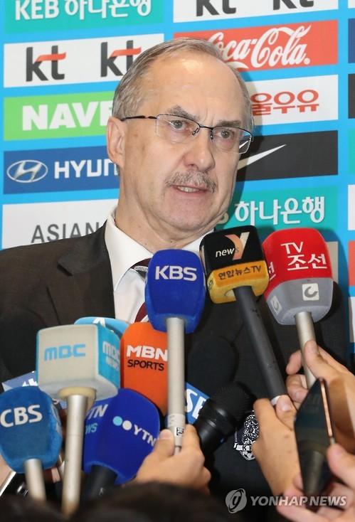 3月19日晚,斯蒂利克在仁川机场接受记者采访。(韩联社)