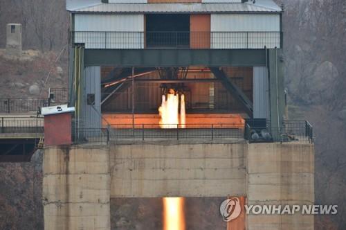 18日,朝鲜在西海卫星发射场进行了新型大功率火箭发动机地面点火试验。图片仅限韩国国内使用,严禁转载复制。(韩联社/朝中社)
