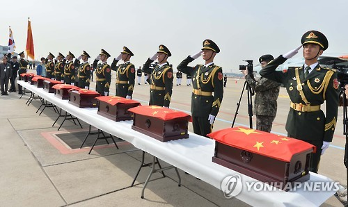 资料图片:2016年3月31日,在仁川国际机场,韩中举行志愿军遗骸交接仪式。(韩联社)