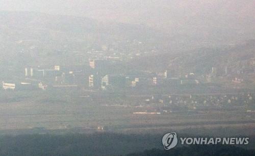 资料图片:图为今年2月10日开城工业区停运一周年时的景象。(韩联社)