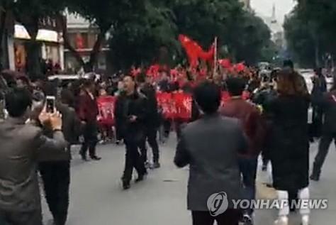 资料图片:在中国四川省进行的反韩示威现场照(韩联社)