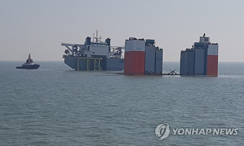 图为半潜船等打捞装备正在接受检查。(韩联社/韩国海水部提供)