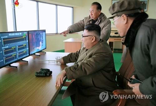 朝鲜央视19日报道,劳动党委员长金正恩18日现场指导了大功率火箭发动机地面点火试验。图片仅限韩国国内使用,严禁转载复制。(韩联社/朝鲜央视)