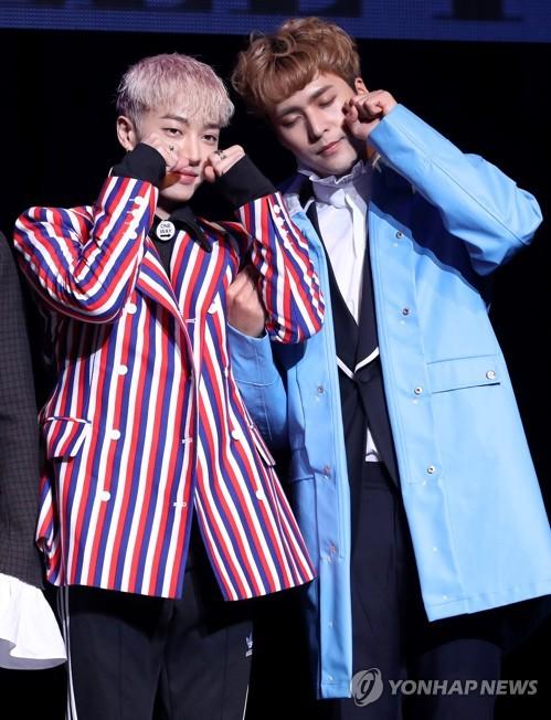 成员李起光(左)与梁耀燮(韩联社)