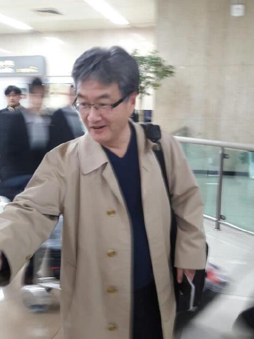 20日晚,约瑟夫・尹抵达金浦机场。(韩联社)