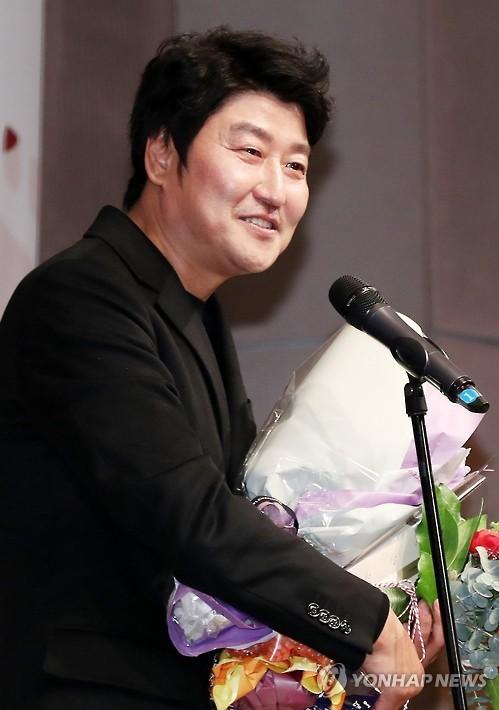 韩国首位主演电影总观影人次破亿的演员宋康昊(韩联社)