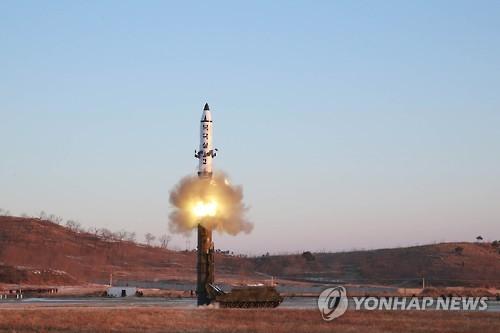"""资料图片:图为""""北极星-2""""型中远程弹道导弹发射现场照,摄于2017年2月。图片仅限韩国国内使用,严禁转载复制。(韩联社/朝中社)"""