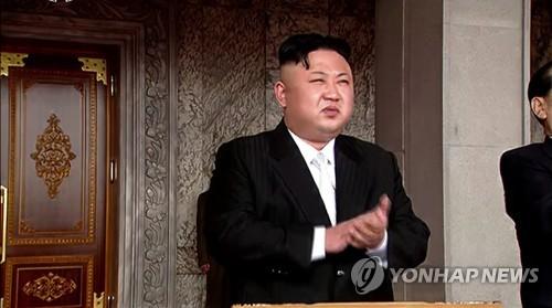 朝鲜劳动党委员长金正恩登主席台观礼。图片仅限韩国国内使用,严禁转载复制。(韩联社/朝鲜中央电视台)