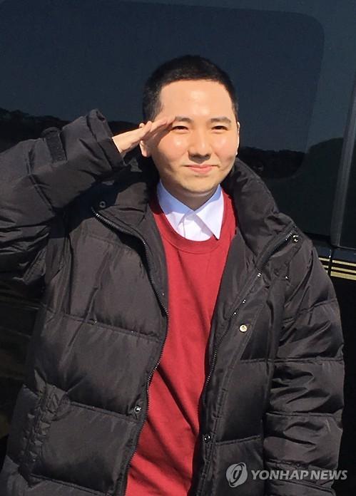 资料图片:剃发入伍的美声男高音林亨柱(韩联社)
