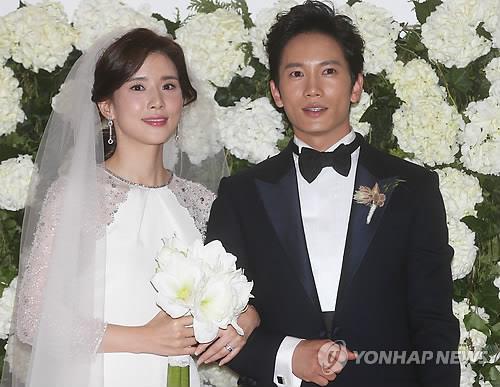 资料图片:李宝英(左)和池晟夫妇(韩联社)
