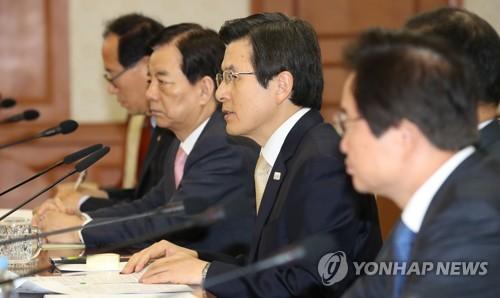 4月20日,在政府首尔办公大楼,韩国代总统黄教安(左三)主持召开相关部长会议。(韩联社)