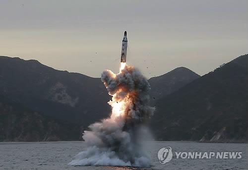 资料图片:朝鲜潜射导弹发射现场照(韩联社/欧新社)