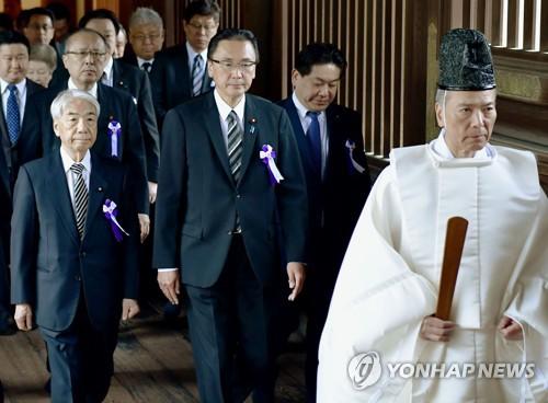 21日上午,日本朝野议员集体参拜供奉二战战犯的靖国神社。(韩联社/共同社)