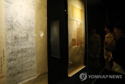 """图为""""丝路:文明互鉴的见证——敦煌艺术文献展""""展场。(韩联社)"""