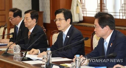 资料图片:韩国代总统黄教安(右二)  (韩联社)