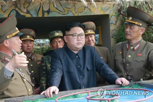 金正恩(中)视察临近延坪岛的前沿部队。图片仅限韩国国内使用,严禁转载复制。(韩联社/朝鲜《劳动新闻》)