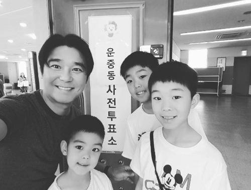 任昌丁Instagram晒父子四人照。