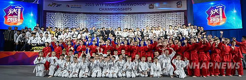 资料图片:2015年5月,俄罗斯车里雅宾斯克的WTF世界跆拳道锦标赛上WTF和ITF的示范团在开幕式示范表演后合影留念。(韩联社)
