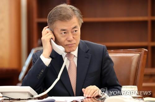 5月11日,在青瓦台,韩国总统文在寅打电话。(韩联社)