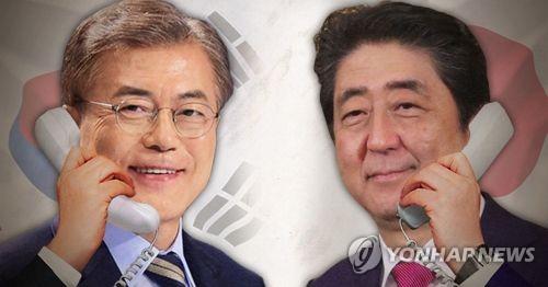5月11日下午,韩国总统文在寅(左)同日本首相安倍晋三通电话。