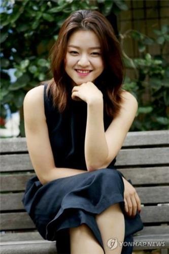 5月16日上午,在位于首尔城东区首尔林的一家咖啡馆,演员高雅星接受韩联社记者采访。(韩联社)