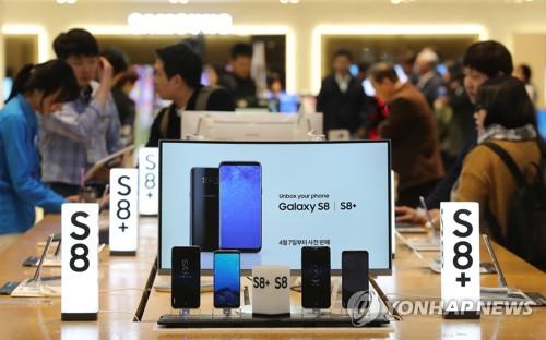 资料图片:4月19日下午,在位于首尔瑞草区的三星电子总部,三星Galaxy S8系列手机的体验者络绎不绝。(韩联社)