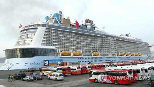 """资料图片:3月5日,亚洲最大的豪华邮轮""""海洋量子号""""驶入韩国釜山戡蛮港。(韩联社)"""