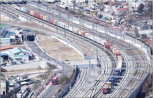3月7日,超长货物列车正在进行试运行。(韩联社/韩国铁道公社提供)